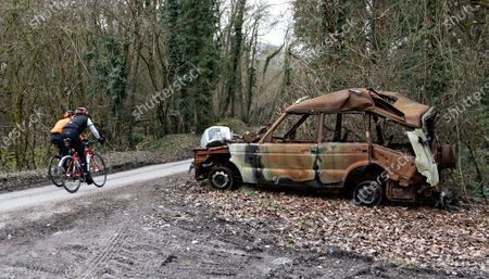 Stock Image of A  dumped and burnt out Land Rover Discovery on the  lane  on the edge of Sydmonton Court Esate, the country home of Sir Andrew Lloyd Webber which is now encouraging other fly tippers.