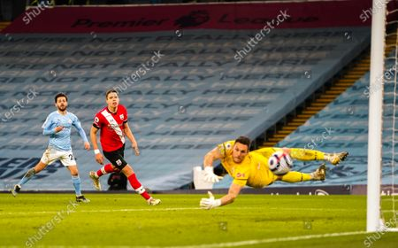 Bernardo Silva of Manchester City shoots just wide of Goalkeeper Alex McCarthy of Southampton's goal