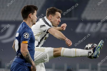 Juventus' Aaron Ramsey controls the ball ahead of Porto's Otavio, left, during the Champions League, round of 16, second leg, soccer match between Juventus and Porto in Turin, Italy
