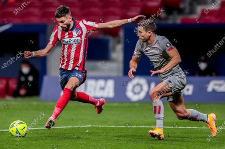 Atletico Madrid's Yannick Carrasco, left, duels for the balls with Athletic Bilbao's Unai Lopez during the Spanish La Liga soccer match between Atletico Madrid and Athletic Bilbao at Wanda Metropolitano stadium in Madrid, Spain