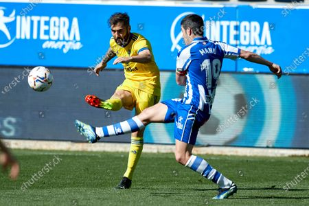 Jose Mari of Cadiz C.F competes for the ball with Manuel Alejandro Garcia of Deportivo Alaves during the La Liga match between Deportivo Alaves and Cadiz CF at Mendizorrotza stadium on March 13, 2021 in Vitoria, Spain.