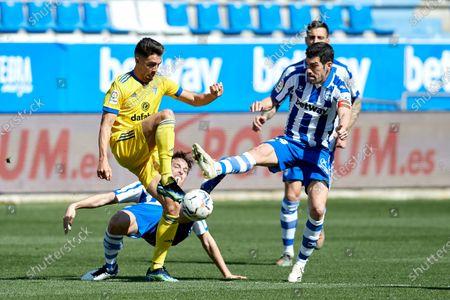 Ruben Sobrino of Cadiz C.F duels for the ball with Manuel Alejandro Garcia of Deportivo Alaves during the La Liga match between Deportivo Alaves and Cadiz CF at Mendizorrotza stadium on March 13, 2021 in Vitoria, Spain.
