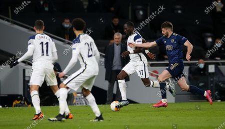 Moussa Sissoko of Tottenham Hotspur takes on Bruno Petkovic of Dinamo Zagreb