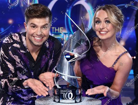 Stock Photo of Sonny Jay and Angela Egan celebrate being crowned Dancing on Ice champions 2021, watched by Jayne Torvill and Christopher Dean