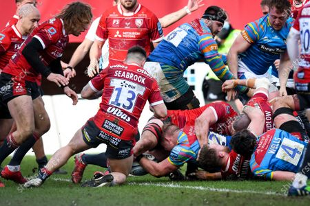 Tom Youngs of Leicester Tigers scores a try