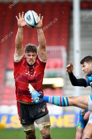 Ed Slater of Gloucester Rugby attempts a charge down on Richard Wigglesworth of Leicester Tigers