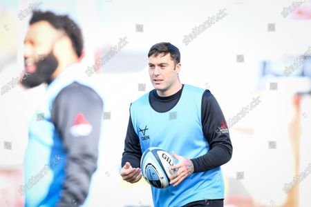 Matt Banahan of Gloucester Rugby warms up before the game