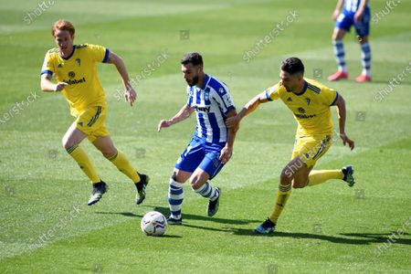 Alaves' Luis Rioja Gonzalez (C) in action against Cadiz players Alex Fernandez (L) and Marcos Mauro (R) during the Spanish La Liga soccer match between Deportivo Alaves and Cadiz CF in Vitoria, Spain, 13 March 2021.