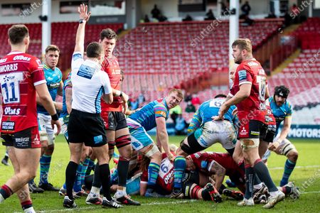 Tom Youngs of Leicester Tigers scores his sides first try during the Gallagher Premiership Rugby match between Gloucester Rugby and Leicester Tigers at the Kingsholm Stadium, Gloucester