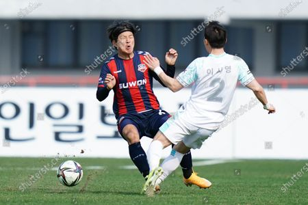 Park Joo-Ho of Suwon FC competes for the ball with Lee Si-Young of Seongnam FC during the 2021 K League 1 match between Suwon FC and Seongnam FC at the Suwon Sports Complex in Suwon, South Korea, on March 14, 2021.