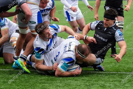 Henry Thomas of Bath Rugby scores a try in the second half