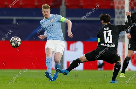 Manchester City's Kevin De Bruyne, left, kicks the ball past Moenchengladbach's Lars Stindl during the Champions League round of 16 second leg soccer match between Manchester City and Borussia Moenchengladbach at the Puskas Arena in Budapest, Hungary