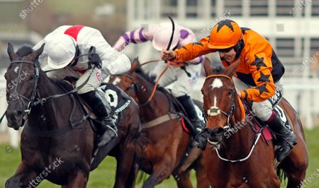 PUT THE KETTLE ON (right, Aidan Coleman) beats NUBE NEGRA (left) in The Betway Queen Mother Champion Chase Cheltenham