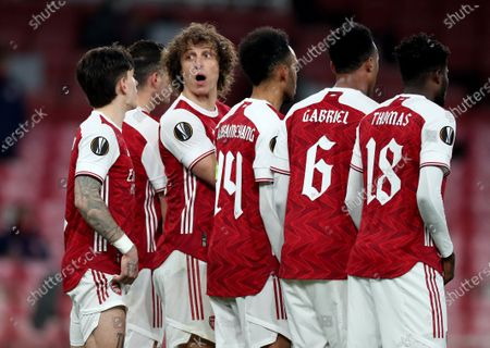 Arsenal players form a defensive wall, David Luiz looks around to communicate with his goalkeeper