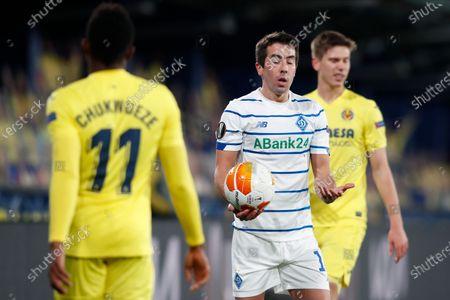 Samu Chukwueze of Villarreal CF and Carlos de Pena of Dynamo Kyiv
