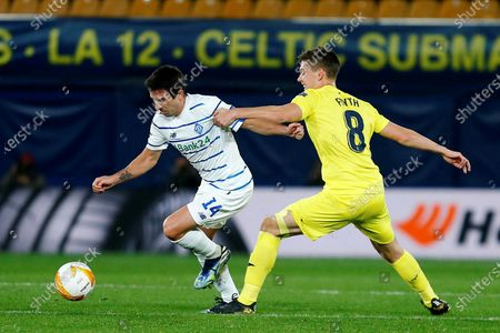 Villarreal's Argentinian defender Juan Foyth (R) duels for the ball with Dynamo's Uruguayan midfielder Carlos de Pena (L) during the UEFA Europa League round of 16 second leg soccer match between Villarreal CF and FC Dynamo Kyiv at La Ceramica stadium in Castellon, eastern Spain, 18 March 2021.
