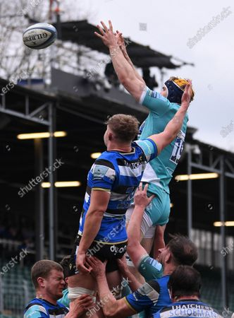 Justin Clegg of Worcester Warriors competes for the ball at the lineout with Tom Ellis of Bath; Recreation Ground, Bath, Somerset, England; English Premiership Rugby, Bath versus Worcester Warriors.