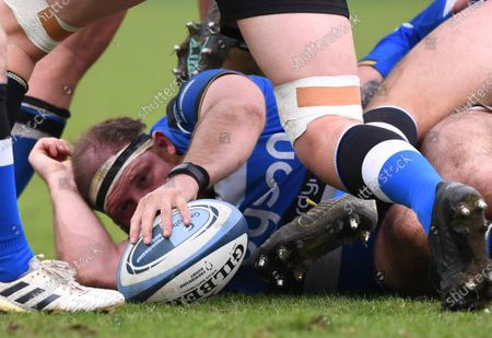 Henry Thomas of Bath places the ball in a ruck; Recreation Ground, Bath, Somerset, England; English Premiership Rugby, Bath versus Worcester Warriors.