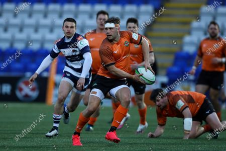 David Johnston of Ealing Trailfinders sets up the try for Rayn Smid, captain of Ealing Trailfinders,