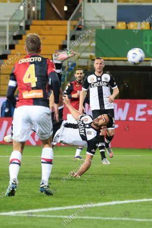 Parma's Graziano Pelle (C) scores the 1-0 goal during the Italian Serie A soccer match Parma Calcio vs Genoa CFC at Ennio Tardini stadium in Parma, Italy, 19 March 2021.