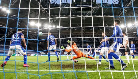 Moenchengladbach's Lars Stindl (C) scores the opening goal during the German Bundesliga soccer match between FC Schalke 04 and Borussia Moenchengladbach in Gelsenkirchen, Germany, 20 March 2021.