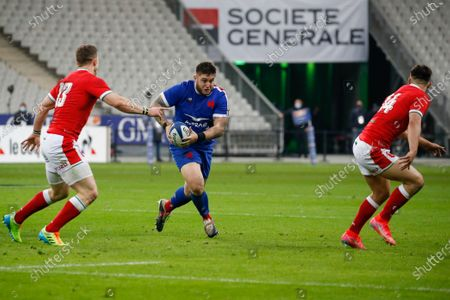 France's prop Cyril Baille runs with the ball in presence of Wales' George North (L) and Louis Rees-Zammit (R) during the Six Nations rugby union match between France and Wales at the Stade de France in Sain-Denis, outside Paris
