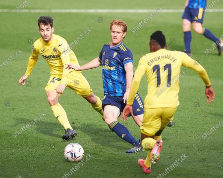 Alex Fernandez of Cadiz and Manu Trigueros of Villarreal CF