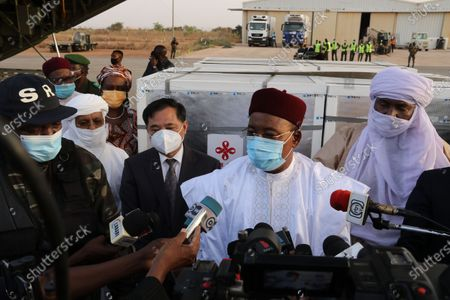 President of Niger Mahamadou Issoufou (2nd R) speaks during a media interview after the handover ceremony of the COVID-19 vaccines from China at the Niamey International Airport in Niamey, Niger, on March 21, 2021. President of Niger Mahamadou Issoufou, Prime Minister of Niger Brigi Rafini, Niger's acting Health Minister Ahmed Boto and Chinese Ambassador to Niger Zhang Lijun attended the handover ceremony at the airport on Sunday.