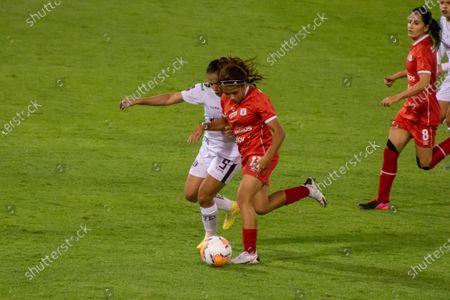 Gabriela Rodriguez (#13 America de Cali) and Nicoly Aprigio (#5 Ferroviaria)