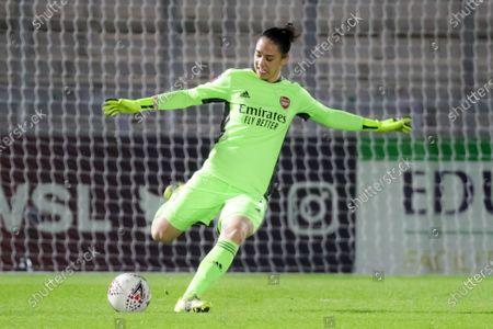 Manuela Zinsberger (#1 Arsenal) goalkick