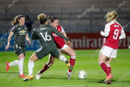Lauren James (#16 Manchester United) and Lotte Wubben-Moy (#3 Arsenal) battle for the ball (duel)