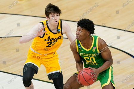Oregon's Eric Williams Jr. (50) go to the basket against Iowa's Patrick McCaffery (22) during the first half of a second-round game in the NCAA men's college basketball tournament at Bankers Life Fieldhouse, in Indianapolis