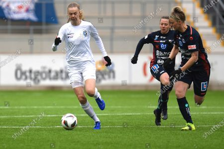 Elin Nilsson (#33 Vaxjo) an Nilla Fischer (#5 Linkoping) in a battle n