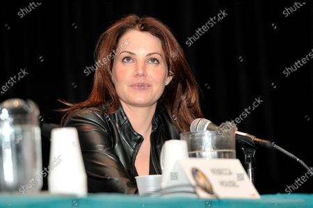 Erica Durance attends Wizard World Chicago Comic Con at the Donald E. Stephens Convention Center in Rosemont, Illinois