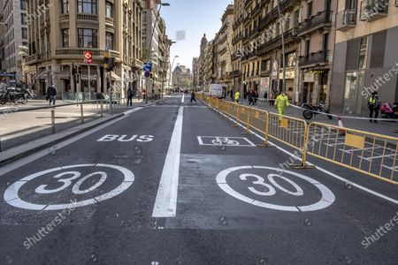"""The lanes for the circulation of vehicles with a speed limited to 30 km per hour are seen on Pelayo street during the adaptation works for two new pedestrian lanes. The Barcelona City Council of the mayor Ada Colau applies """"emergency tactical planning"""" to recover for pedestrian use two of the vehicle lanes of the popular and commercial Pelayo street."""