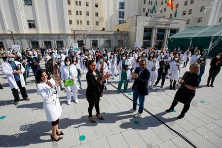 The singers (from left to right) Diana Navarro, Marina Heredia, Jose Manuel Zapata and Mariola Cantarero clapping during a tribute to the health workers of the Virgen de las Nieves University Hospital with a performance by the Granada City Choir.