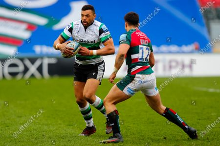 Luther Burrell of Newcastle Falcons looks to beat Dan Kelly of Leicester Tigers; Mattoli Woods Welford Road Stadium, Leicester, Midlands, England; Premiership Rugby, Leicester Tigers versus Newcastle Falcons.