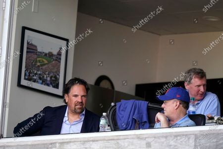 Former New York Mets catcher Mike Piazza, left, talks with Mets owner Steve Cohen, right, during a spring training baseball game between the New York Mets and Houston Astros, in Port St. Lucie, Fla