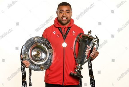 Taulupe Faletau with the trophy and Triple Crown.
