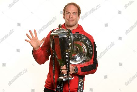 Alun Wyn Jones with the trophy and Triple Crown holds up 5 fingers representing the five 6 Nations Championships heÕs won.
