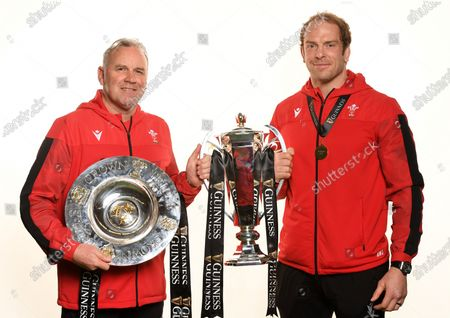 Head Coach Wayne Pivac and Alun Wyn Jones with the trophy and Triple Crown.