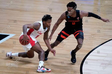 Houston guard Marcus Sasser, left, drives past Oregon State guard Gianni Hunt, right, during the first half of an Elite 8 game in the NCAA men's college basketball tournament at Lucas Oil Stadium, in Indianapolis