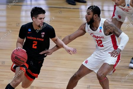 Oregon State guard Jarod Lucas (2) drives past Houston forward Reggie Chaney (32) during the second half of an Elite 8 game in the NCAA men's college basketball tournament at Lucas Oil Stadium, in Indianapolis