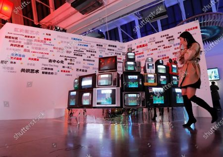 """On March 29th, the audience watched the encryption art exhibition in the exhibition hall. On March 26, the world's first large-scale encrypted art exhibition """"Virtual Habitat-Memes in the Mirror can be seen before"""" opened at UCCA Lab in Beijing, and three of them landed at Sotheby's and Christie's auction houses Encrypted artists and their works made their debut in China. The exhibition is divided into red and blue parts by lighting. The red works are derived from Meme's presentation of reality and tend to show the most essential aspect of encryption art. The blue works tend to show that encryption art, as a new art category, not only has aesthetic value, but also reflects real life and social philosophies. The exhibition brings together the most influential crypto artists at home and abroad and their main works, including: Robert Alice's """"Portraitâ€ofâ€Aâ€Mind"""", which set the highest NFT auction record of $131,250 at Christie's in 2020, and was presented by Metapurse at Nifty in December last year. Gateway's $2.2 million photographed 20 Beeple works, pioneers of experimental art, the """"Boxing Men"""" series of works by Professor Wu Jianâ€an from Central America, and """"Bionics Will Dream of Electronics"""" by Chen Baoyang, the creator of technology and art. Cow? At the same time, the top six winning works in the Huasheng: Preface to Encryption BCA Ã- Kusama Network (Kusama.Network) Global Digital Art Contest will also appear in this exhibition. The exhibition was initiated by Block Create Art (BCA), Asiaâ€s first cryptographic art platform, and by the global experimental blockchain organization Kusama Network (Kusama.Network), the worldâ€s leading technology company in the field of blockchain and artificial intelligence, Bitmain ( BITMAIN), co-hosted by DFG (Digital Finance Group), a world-renowned blockchain and digital asset investment company, and Winkrypto, a well-known media in the blockchain industry. This exhibition hopes to provide the public with an understanding o"""