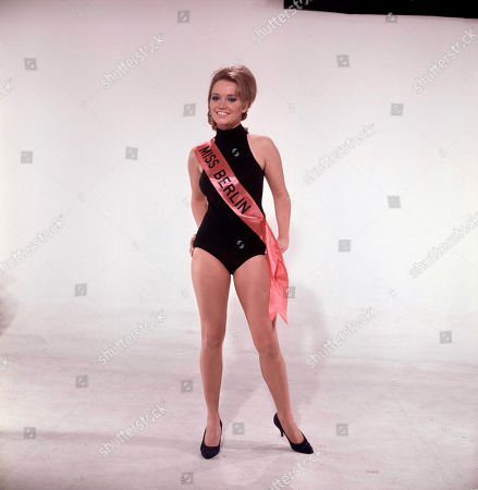 Beauty Queens from the beauty contest - Jan Rossini