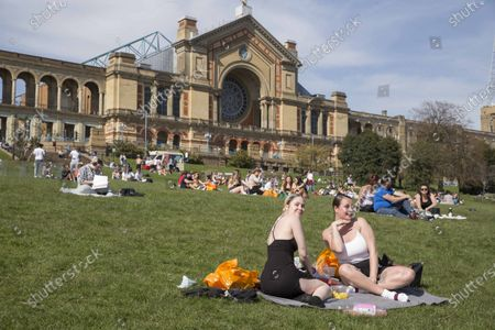 Brighton,UK. Members of the public enjoy spring weather in Alexandra Park, north London. Temperatures are expected to rise with highs of 23 degrees forecasted for parts of London and South East England today .