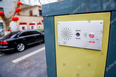 """On March 10, 2021, Zhengzhou, Henan, piloting """"electrical plug-in boards"""" guide signs began on the streets of the urban area. Street signs can be customized according to needs, such as """"power plugs"""", which can be installed with mobile phone wireless charging, one-key help button, and 5G communication Functional modules such as base stations. The old city carries the memory of urban development, and it also bears the """"stacking"""" of infrastructure. Street lights were built yesterday, surveillance will be installed today, and self-service charging piles will be added tomorrow... The convenience facilities and functions on the street have increased, but the roads on both sides are more crowded. Zhengzhou Shipud Technology Co., Ltd. has developed the """"smart guide socket"""", which can group these functions together, and then continue to stack up.  In the concept of """"smart guide socket"""", """"socket"""" represents the meaning of """"integration and overall planning"""", and the specific form of expression is the guide sign in the urban infrastructure. From the appearance, you might just think of it as a road sign with an electronic screen and lighting function. In fact, the application scenarios of the smart guide socket are far more than these. It integrates mobile phone wireless charging, government information release, one-key help and other livelihood services, and it has 5G communication base stations, Internet of Things gateways, AI voice interaction, etc. The function is an """"urban furniture"""" that integrates communications, urban management, and people's livelihood services.  According to the staff, in addition to these functions, the """"smart guide socket"""" is also a comprehensive information port that transmits data to the city brain through an edge computing gateway. At the same time, the urban brain perceives these data and can provide more vivid solutions for urban governance.  In addition to hardware facilities, SIPD Technology also has a software system. At present, the more mat"""
