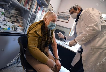 A doctor administers a dose of Pfizer vaccine against COVID-19 to a patient in a medical office in Rome, Italy, 02 April 2021. Regional Affairs Minister Mariastella Gelmini said on 02 April that Italy set a new record of over 300,000 COVID-19 vaccinations on 01 April.