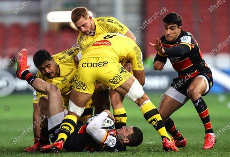 Gloucester vs La Rochelle. La Rochelle's Jonny May tackled by Ihaia West, Will Skelton and Victor Vito of La Rochelle