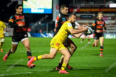 Jonny May of Gloucester Rugby competes for the loose ball with Dillyn Leyds of La Rochelle